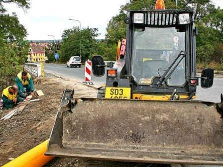 Dělníci v ulici Legionářů zatím omezují provoz jen částečně. Od pondělí by ale měla být uzavřena část mezi křižovatkami s ulicí Bezručova a Okrouhlík.