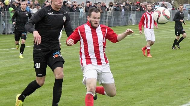 I V ČERNÝCH dresech, které museli vyměnit za své tradiční bíločervené, fotbalisté Žižkova derby dvou Viktorií v Jirnech zvládli za tři body.