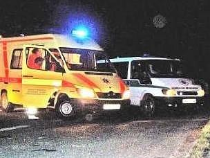 Záchranářské vozy vytvořily bariéru napříč vozovkou, aby policie mohla neštěstí vyřešit.