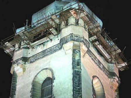 Opravy věže se potýkaly se spoustou potíží, včetně tun ptačího trusu.