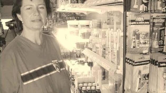 Marcela Hacklová hovoří o speciálních lepidlech, která prodává.