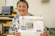 Klienta Marcela Schořová s novým šicím strojem.