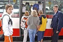 KOMBINACE SPOJŮ.  Lidé z příměstských částí, kde jezdí velké množství meziměstských autobusů, budou možná muset na městskou hromadnou dopravu zapomenout.