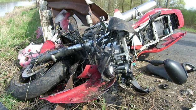 ZNIČENÁ MOTORKA  a těžké zranění devětadvacetiletého jezdce, to je výsledek nehody, která se stala na úseku mezi Lužcem nad Vltavou a Zelčínem. Pravděpodobnou příčinou karambolu byla rychlá jízda.