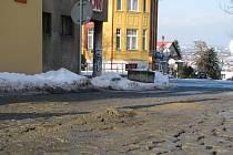 První velký problém při revitalizaci města. Na nové dlažbě v ulicích Legionářů a U Tanku se objevily díry a hrboly.