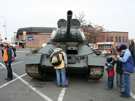 Veliký zájem veřejnosti vzbudil tank vystavený na náměstí Karla IV.