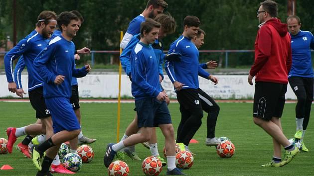 Na neratovický stadion se vrátil fotbalový život - zatrénovali si nejmladší i divizní A-tým.