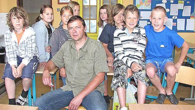 TŘÍDNÍ učitel páté třídy Jaroslav Kůtek (na snímku) se se svými žáky už za pár dní rozloučí.