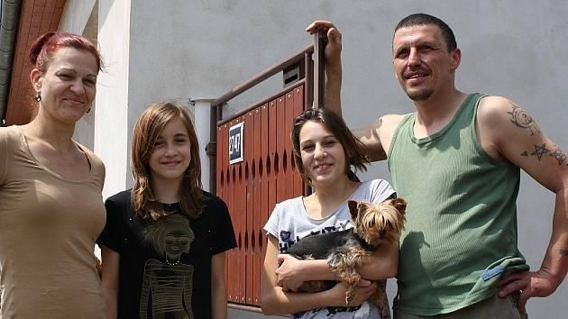 Rodina Plzákových bydlela po dobu nucené evakuace Pšovky u příbuzných. S sebou si vzali jen pár osobních věcí, papouška a psa. Na snímku je (zleva) maminka Irena, dcera Irena, neteř Jiřina se svým pejskem a tatínek Jaromír
