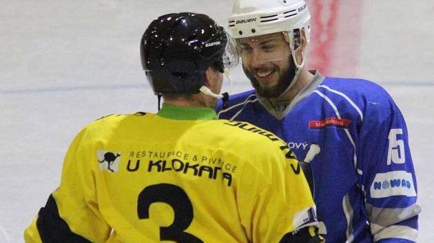 Krajská liga, 13. kolo: Velké Popovice (ve žlutém) - Kralupy (2:1 P).