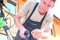 """Nejlevnější zámky na kola stojí kolem padesáti korun. """"Podle náročnosti zákazníka se může cena vyšplhat až někam k pěti stům korun,"""" tvrdí Pavel Černek (na snímku) z mělnické cyklo prodejny a servisu Derfl v mělnické části Pšovka."""