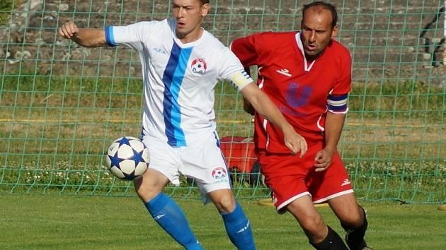 Krušovický pohár, semifinále: Votice - Dynamo Nelahozeves (v červeném).