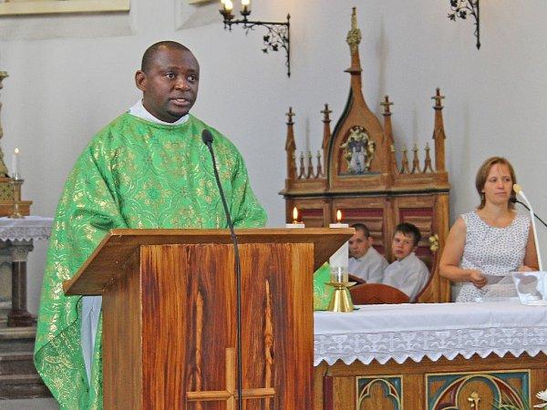 Na kázání duchovního Jeana – Martina Nlandu se do kralupského kostela přišly podívat icelé rodiny