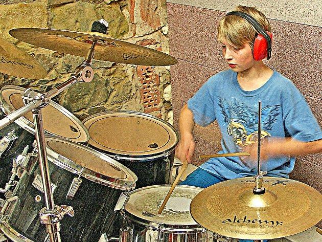 Nadějný jedenáctiletý bubeník Martin Benda z Úžic při zkoušce v suterénu Základní umělecké školy v Kralupech nad Vltavou.