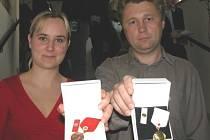 Veronika Lipavská z Kamenného Mostu (vlevo)  má za sebou jedenáct odběrů krve. Darovat ji chodí už čtyři roky společně s manželem.