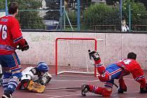 První hvězda utkání minický Tomáš Hora vstřílí po excelentním individuálním průniku první gól druhého finálové dějství Petroniova poháru.