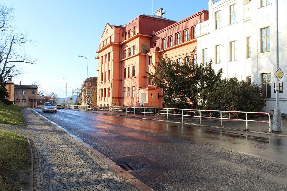 Dům byl v roce 1921 zvýšen o dvě patra a rozšířen nejen do stran, ale ve střední části, kde byl původně vchod, i směrem do ulice. Od roku 1964 v budově sídlí Základní škola Jungmannovy sady.