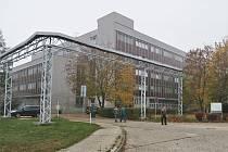 V Elektrárně Mělník v Horních Počaplech se dočká zateplení fasáda největší technickoadministrativní budovy v areálu.