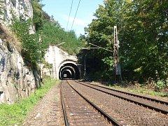 Tunely na trati mezi Nelahozevsí a Kralupy nad Vltavou.