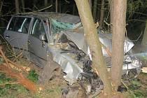 Následky spánku za volantem při nehodě u Byšic.