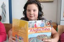 Žáci z obřístevské základní školy se jazyky učí v multifunkční učebně za pomoc sluchátek a interaktivní tabule.