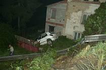 Fiat prorazil svodidla a skončil na zahradě rodinného domu