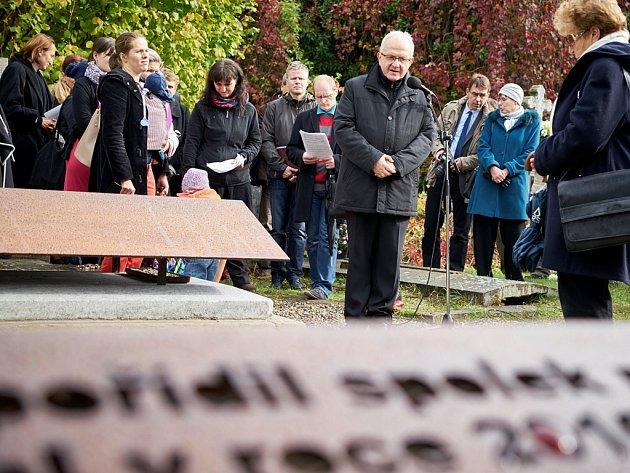 Památníku z dílny želízského uměleckého kováře a skláře Miroslava Liederhause požehnal biskup litoměřický Jan Baxant.
