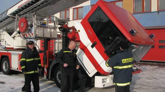 Nová plošina mělnických profesionálních hasičů má mnohem lepší vlastnosti než ta původní dvacet let stará