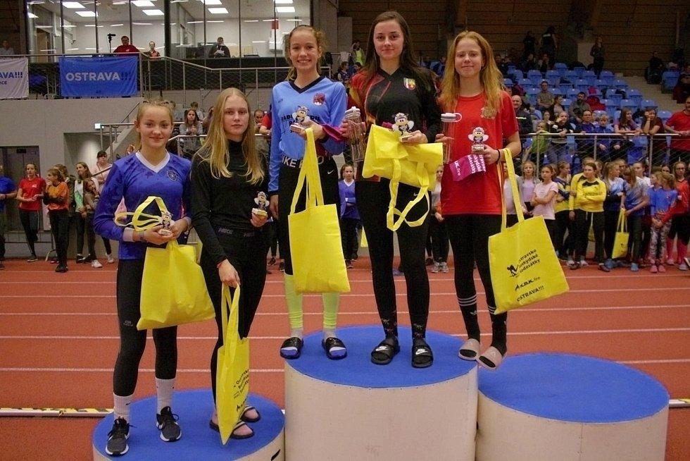 Johanka Vaculíková (druhá zprava) po úspěchu v Českém poháru v běhu na 100 m s překážkami v Ostravě 2019.