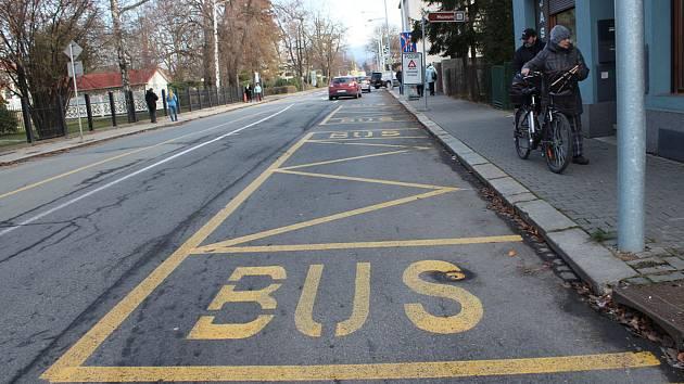 V souvislosti se vznikem nové přestupní autobusové zastávky v ulici Mánesova, která je nyní v souběhu s železniční zastávkou, a umožňuje tak přestup z vlaku na autobus a naopak, řeší nyní vedení města optimální zajištění obslužnosti zastávek.