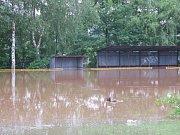 Zatopené fotbalové hřiště v Mlékojedech.