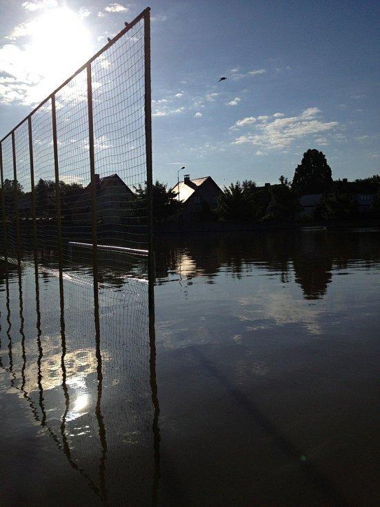 Zatopené fotbalové hřiště v Hoříně.