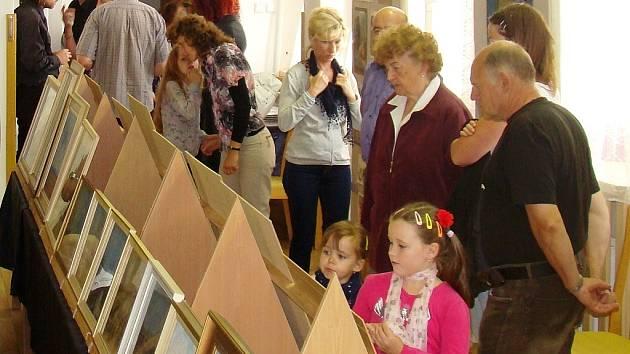 Zahájení  výstavy se účastnilo přes sto návštěvníků.