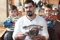 Josef Mašek se syny, šestiletým Josífkem a tříletým Štěpánkem.