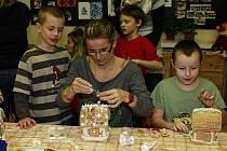 Rodiče pomáhali vyrábět svým ratolestem chaloupky z perníku.
