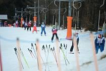 Ve Sport areálu Klíny se lyžuje, jezdí vlek POMA. Odtud má vést lanový skluz zip-line na protější svah přes Šumenské údolí.