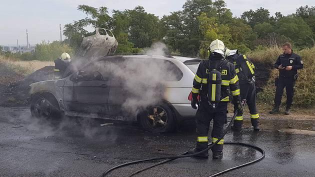 Jednotky Hasičského záchranného sboru Kralupy nad Vltavou vyjely v pondělí odpoledne společně s kralupskými dobrovolnými hasiči k požáru osobního automobilu, který se odehrál na silnici mezi obcemi Nelahozeves a Kralupy nad Vltavou.