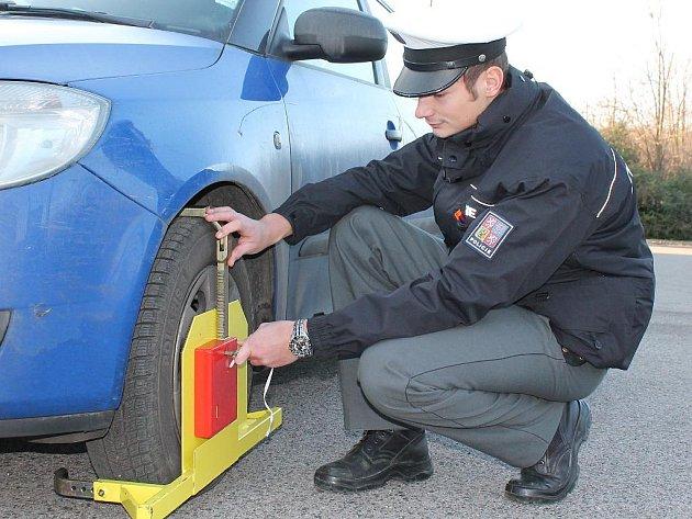 Řidičům, kteří odmítají kauci zaplatit,dají dálniční policisté na auto botičku.