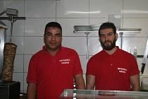 """BAHAEDDINE """"BAHU"""" GHANMI (vpravo), tuniský fotbalista, se svým egyptským přítelem Hossamem (vlevo) v restauraci s rychlým občerstvením."""