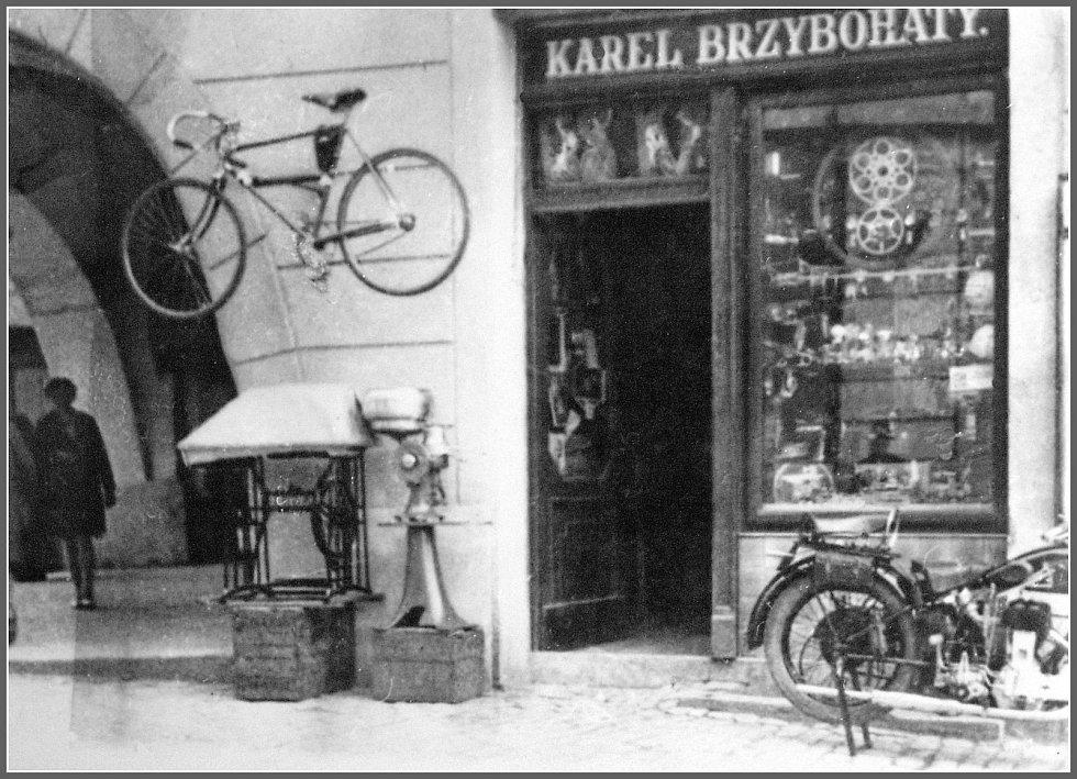 V přízemí domu byly i obchody, které časem měnily nájemce. Na snímku z počátku 30. let 20. století je obchod Karla Brzybohatého s jízdními koly, motocykly a šicími stroji (vchod z ulice 5. května).