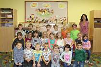 Žáci 1. třídy ZŠ Kly s třídní učitelkou Janou Medalovou.
