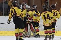 Hokejisté mělnického Junioru oslavili postup do čtvrtfinále krajské ligy.