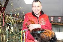 Brahmanky, které chová jednatel Českého svazu chovatelů v Cítově David Rameš (na snímku) patří mezi největší plemena kura domácího. Kohouti váží přes pět kilogramů.