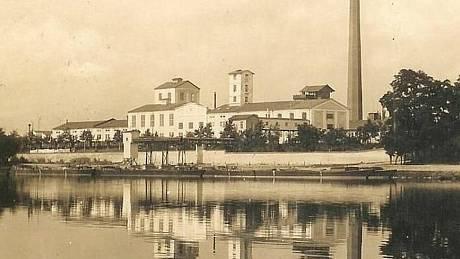 Snímek cukrovaru z roku 1928 v Dolních Beřkovicích.