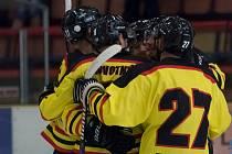 Mělničtí hokejisté slaví v duelu s Královým Dvorem první gól v novém ročníku krajské ligy. Jeho autorem byl Novotný.