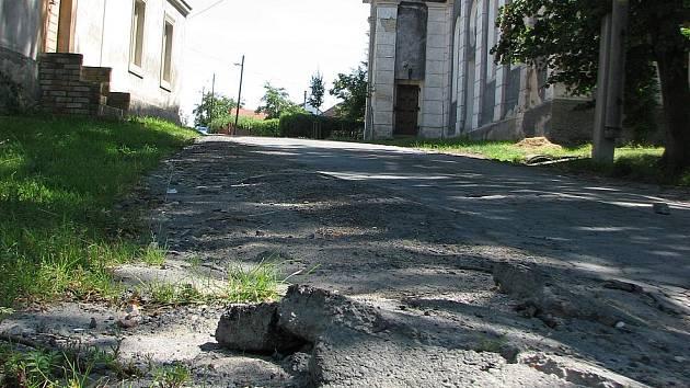 Asfalt na silnici u kostela v Záboří nápor aut nevydržel. Úplně se roztrhal.