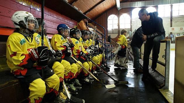 Mělničtí hokejisté čtvrté třídy během utkání s PZ Kladno
