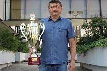 Sekretář Viktorie Jirny Bohumil Přibyl převzal v sobotu 24. června na losovacím aktivu klubů ČFL a divizí pohár za prvenství v nejvyšší amatérské soutěži. Jirny obhájily prvenství z loňského ročníku ČFL navzdory šestibodové penalizaci.