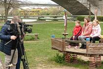 Z natáčení reportáže o kralupské venkovní hře Čarodějnický park pro Zprávičky televize Déčko