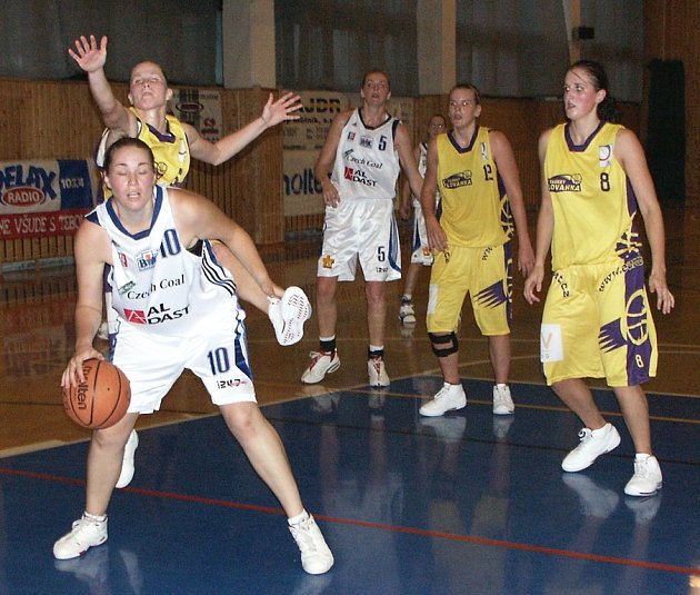 Hráčka Basketu Slovanka Pavla Rákosníková se pokouší bránit strakonickou Jitku Musilovou (č. 10).